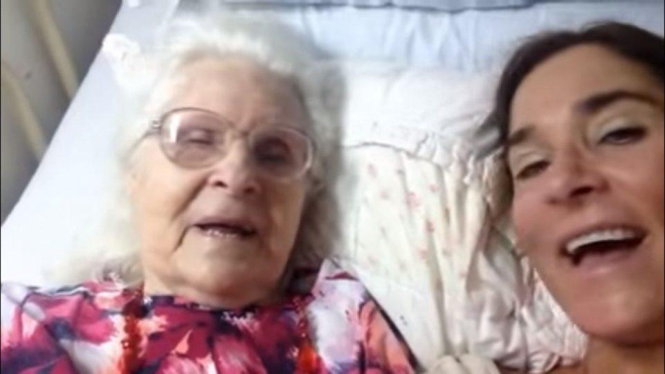 אמא חולת אלצהיימר נזכרת באהבה לבתה שמחבקת אותה